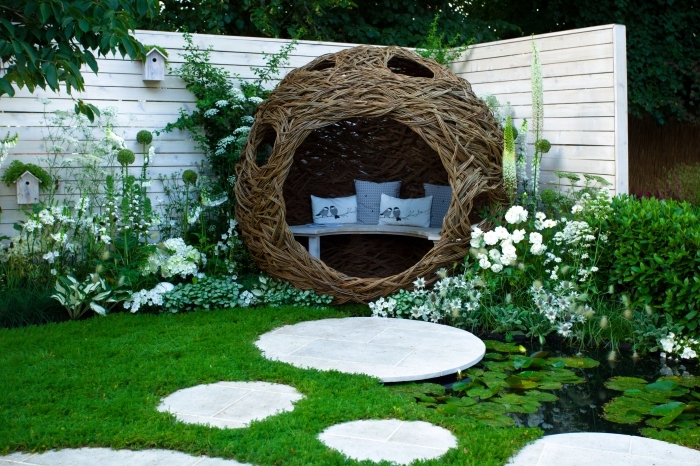 modèle de jardin paysager avec petit lac, décoration extérieure avec mini jardin vert et coin de repos tressé