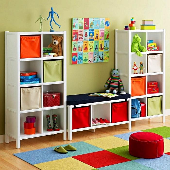 meuble caisson ikea avec banc rangement et casiers dans la salle de jeux, idée d'aménagement d'une salle de jeux fonctionnelle