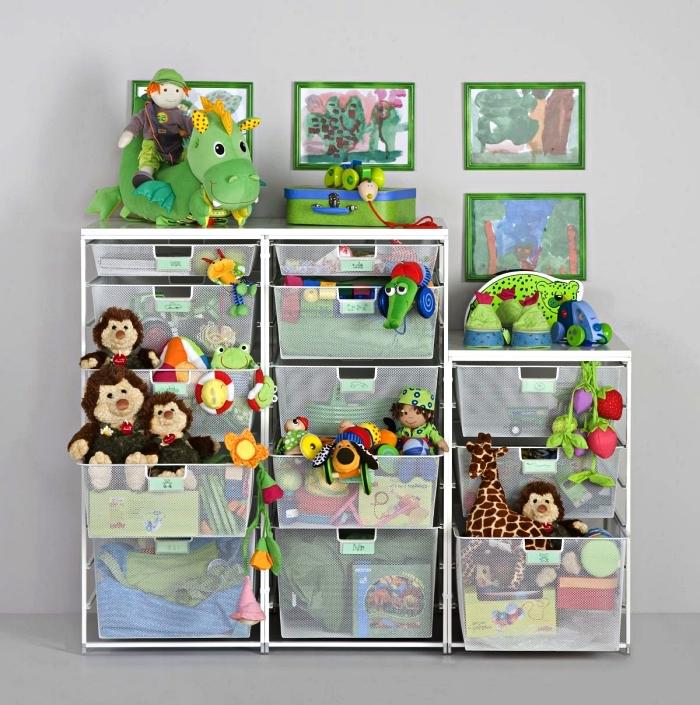 meuble de rangement avec casiers multiples pour organiser les jouets et les peluches dans la chambre d'enfant