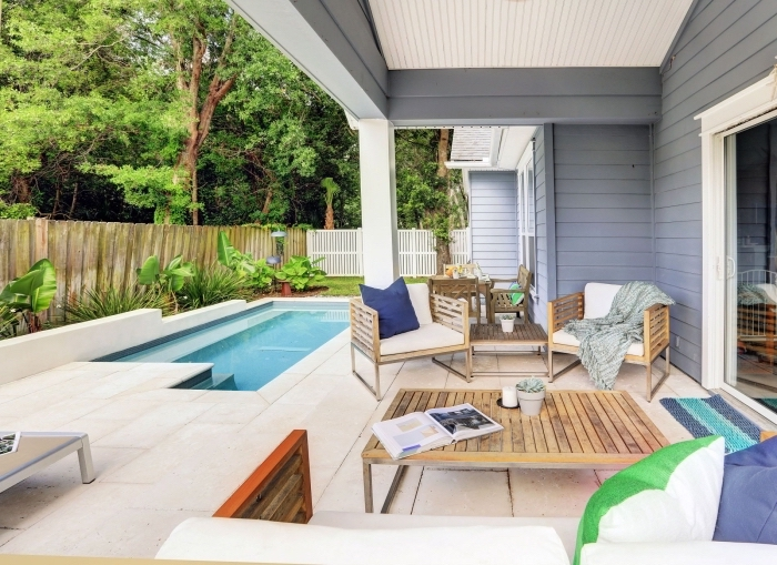 amenagement autour piscine photos, exemple de cour arrière avec terrasse piscine rectangulaire et petit jardin vert