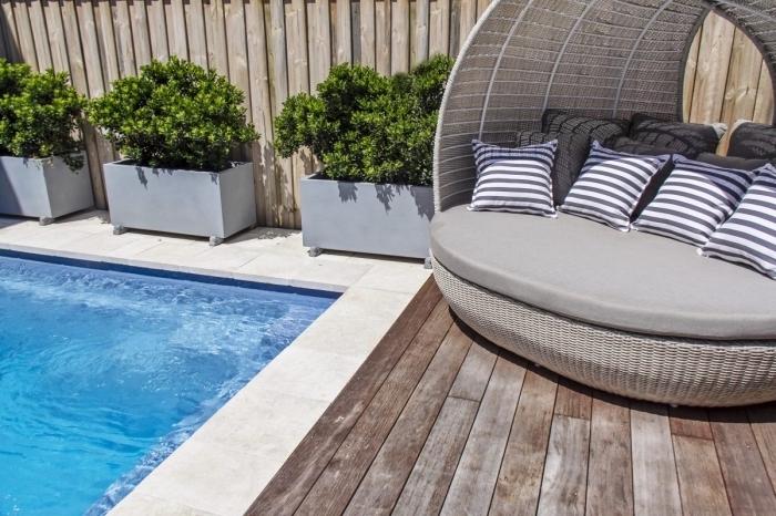 design intérieur moderne, exemple comment décorer un petit jardin avec piscine et clôture en bois, déco petite terrasse en bois