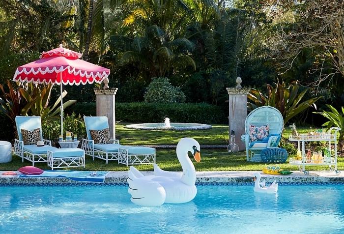 modèle jeux gonflables piscine à design animaux, idée mobilier de jardin vintage en blanc et bleu, image piscine avec jardin