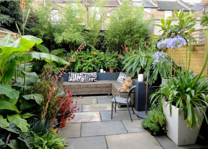 exemple amenagement jardin paysager sur différents niveaux, mobilier de jardin fonctionnel, exemple banc en bois avec rangement