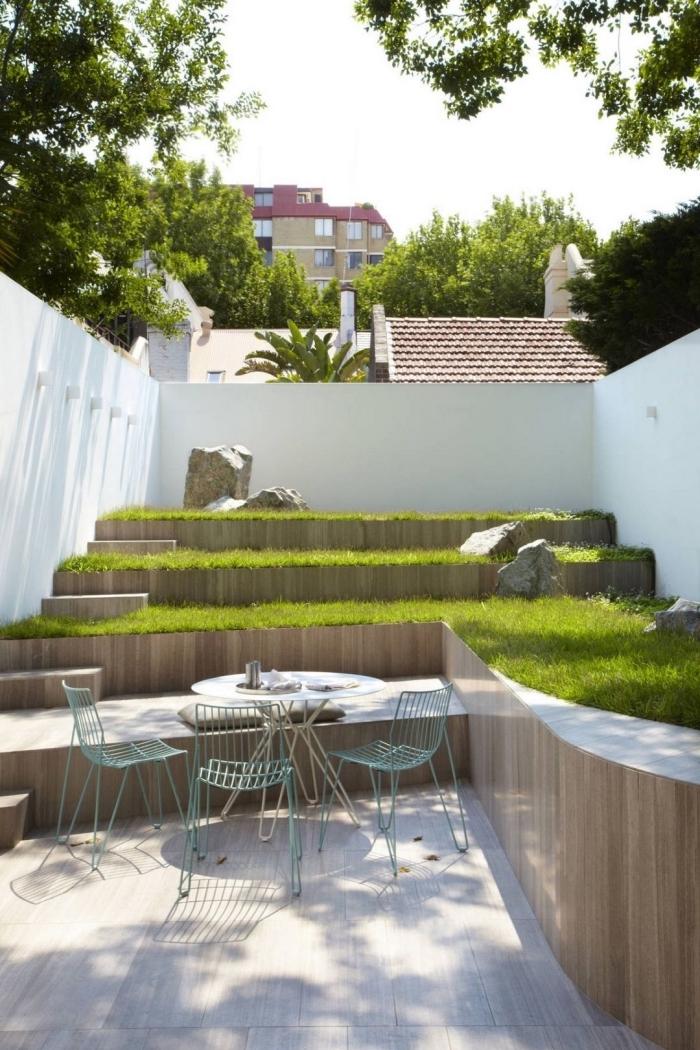 aménagement de petit jardin sur niveaux différents, meubles de jardin pour espace limité, déco jardin en vert et bois