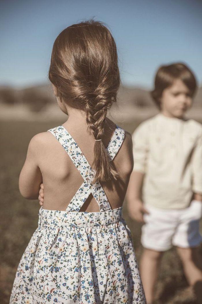Fille coiffure simple tresse, robe fleurie adorable, garçon et fille qui jouent ensemble, coiffure enfant, coiffure tresse, comment se coiffer