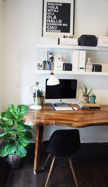 Scandinave maison bureau en bois flottée, chaise bas noir à pieds dorés, aménagement bureau, photo bureau, comment organiser son bureau