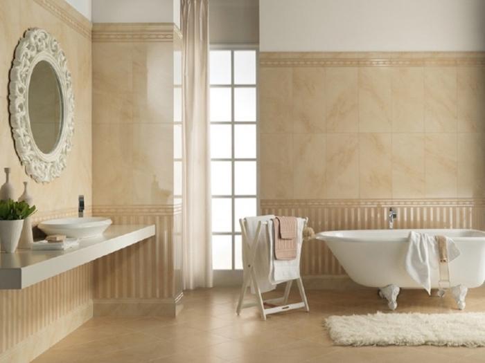 décoration salle de bain beige et blanc avec carrelage beige, modèle de baignoire céramique autoportante avec pieds métal
