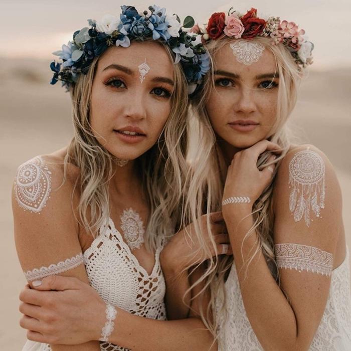 coiffure cheveux lâchés avec accessoire bohème, idée tatouage henné main à effet bracelet aux motifs floraux