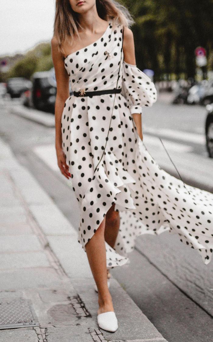 Robe épaule dénudée moderne, mode d'été 2019, robe d'été blanche fleurie, robe longue fendue, vetement annee 50, idée tenue soirée guinguette