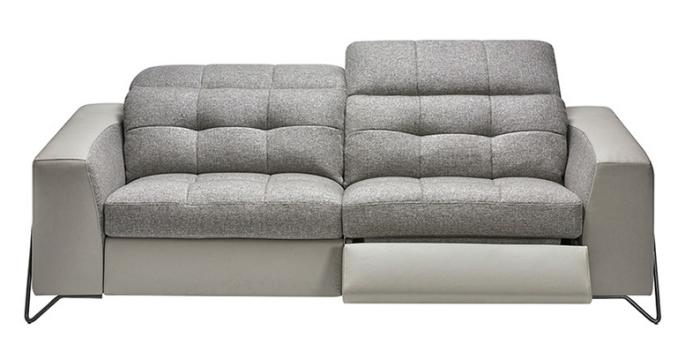 modèle de canapé de relaxation deux places en tissu avec inclinaison électrique de chez Crozatier