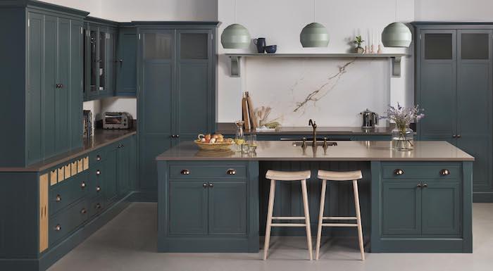 exemple cuisine couleur bleu pétrole avec credence marbre, sol effet béton gris, tabourets de bar en bois, suspensions bleu celadon
