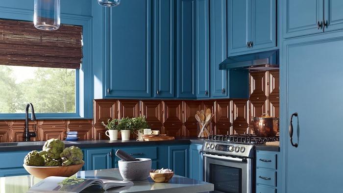 deco cuisine de luxe en bleu nuit abec une credence originale carrelage marron, plan de travail gris