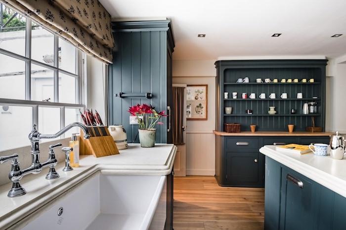 cuisine grise et blanche avec couleur meuble cuisine bleu de gris, parquet bois, robinetterie vintage ave cplan de travail et évier blanc