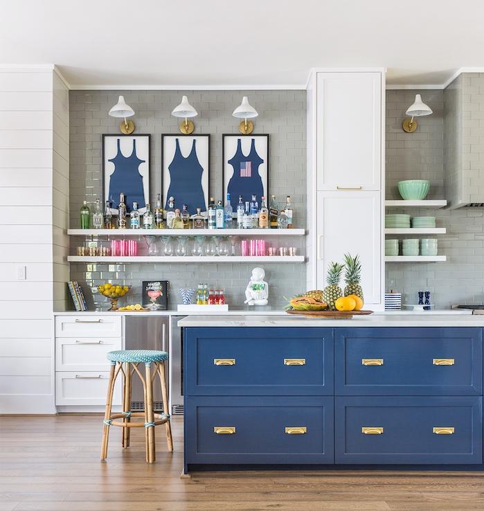 ilot de cuisine bleu nuit, carrelage gris en credence, étagères blanches et facade cuisine blanc, parquet bois vintage, accents vert celadon
