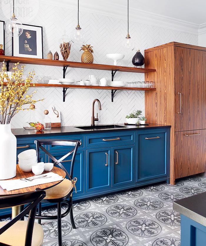 meuble cuisine bleu foncé, quelle couleur pour une cuisine, étagères bois et métal sur une credence carrelage blanc, armoire bois, sol mosaique grise