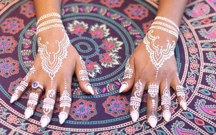 manucure gel blanche sur ongles longs, décoration de main henné aux motifs ethniques à effet bijoux main bracelets