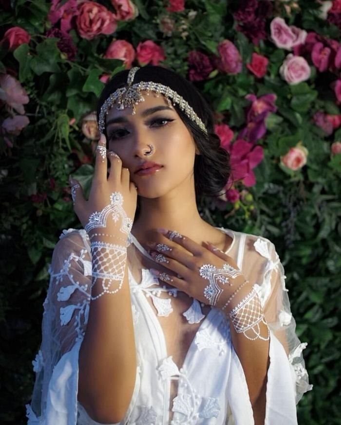 coiffure mariage bohème aux cheveux bouclés avec bijou de tête, idée henné facile effet gants dentelle en blanc pour mariage