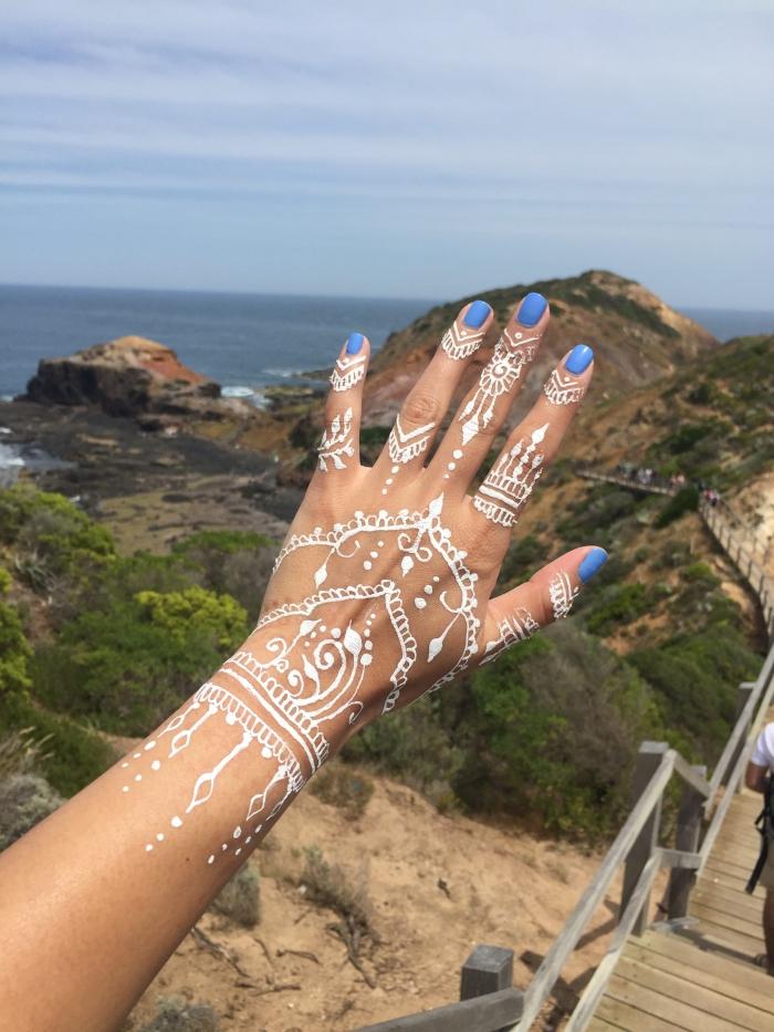 idée tattoo temporaire sur doigts et main, modèle tatouage bohème en blanc, exemple tattoo effet bijoux gants