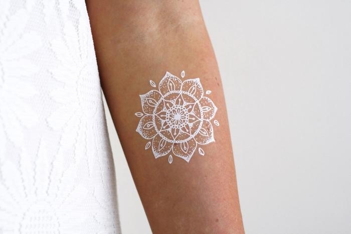 dessin sur peau en blanc, modèle de tatouage éphémère pour femme, idée tatouage mandala temporaire sur bras ou main