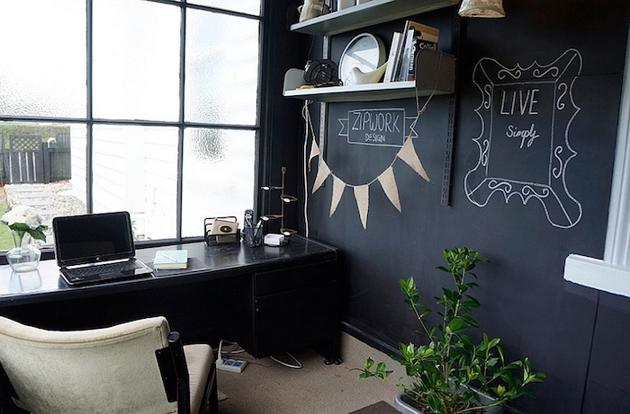 Dessiner sur son mur ardoise, décoration de bureau, coin bureau chambre à coucher, simple déco noir et doré
