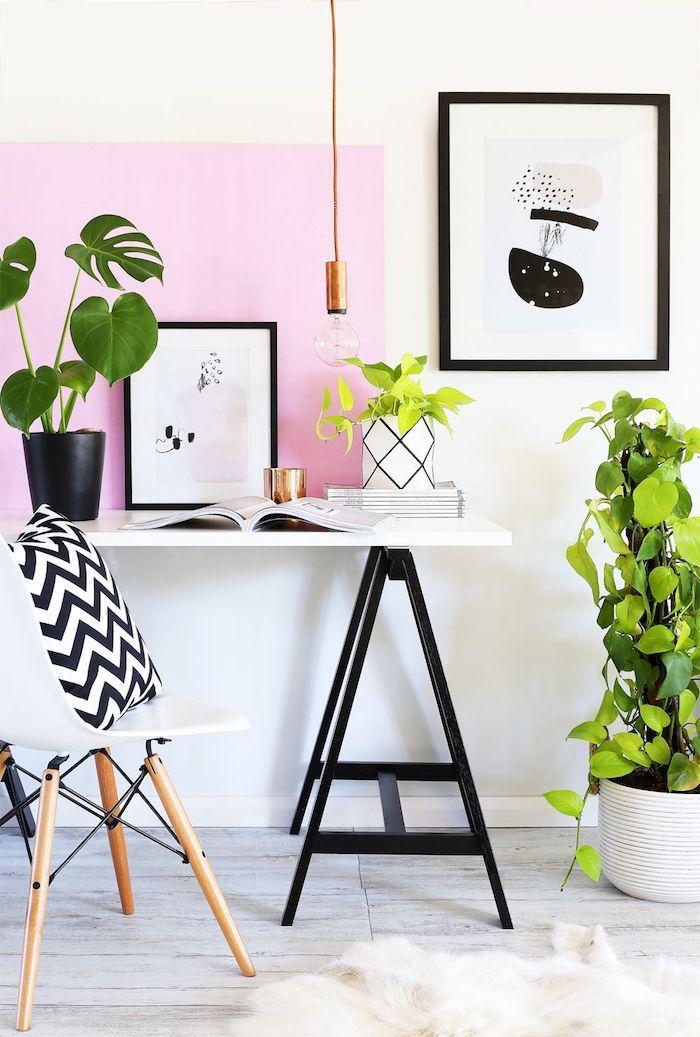 Mur rose et blanc, déco noir et blanc, plantes vertes, deco bureau, coin bureau dans une chambre scandinave