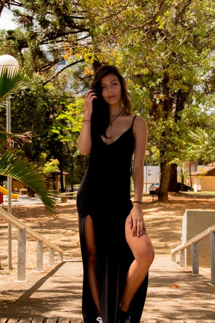 Longue robe boheme chic avec fendues, mode ete 2019 style casual femme, robe noire fendue, belle femme photo