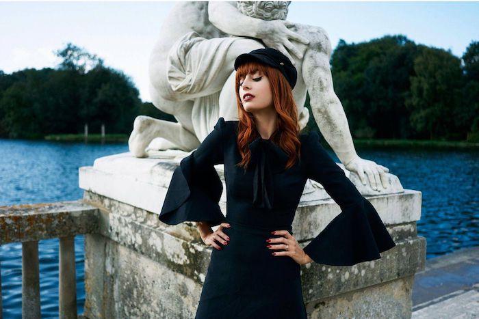 Robe noire manche évasée, femme belle cheveux roux, robe pin up, comment s'habiller pour une soirée