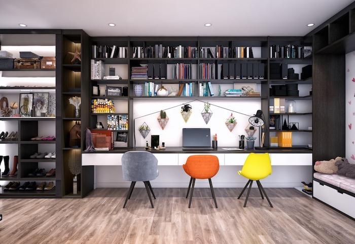 Étagère noire ouverte, chaises colorées, ikea rangement bureau, coin bureau moderne déco