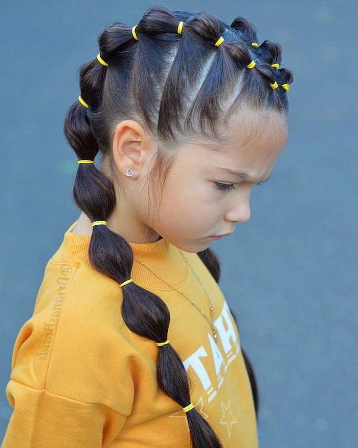 Blouson jaune et élastiques jaunes, coiffure facile cheveux long, coiffure pour fillette simili tresse