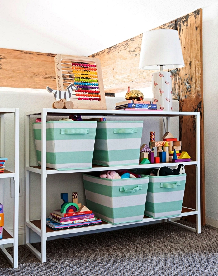 étagère métallique pour jouets avec paniers de rangement à rayures blanches et vertes