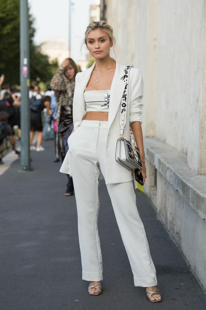 Mode d'été 2019, tailleur blanche femme, originale idée vetement femme tendance, haut et pantalon associés bien à une veste moderne blanche