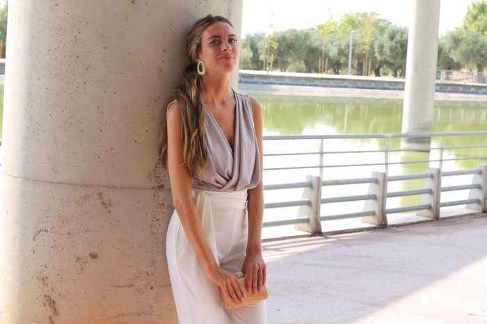 comment s habiller pour un mariage, modèle de pantalon jambes larges taille haute en blanc avec haut en gris clair