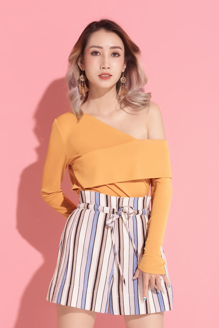 Fille tenue mode ete 2019, style casual, haut femme tendance, comment s'habiller bien, porter un haut à épaule dénudée avec manche longue, short taille haute