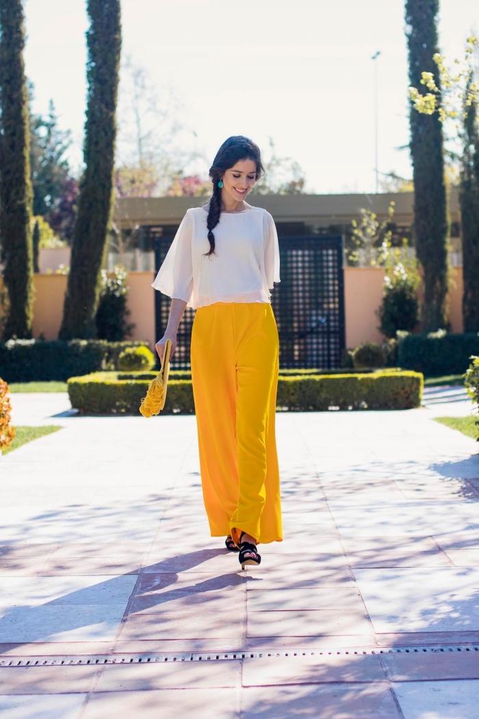 quelle tenue pour un mariage, modèle de pantalon jambes fluides de couleur jaune avec blouse blanche et sandales noires