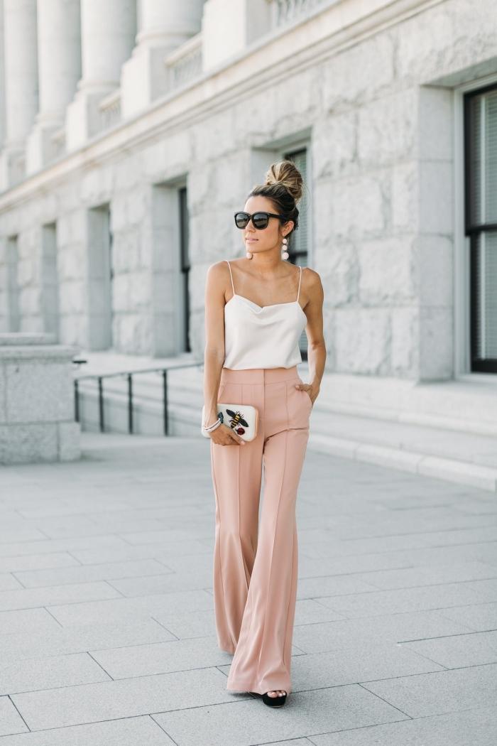 modèle de pantalon rose élégant combiné avec débardeur blanc, idée tenue habillée pour mariage, coiffure cheveux en chignon haut