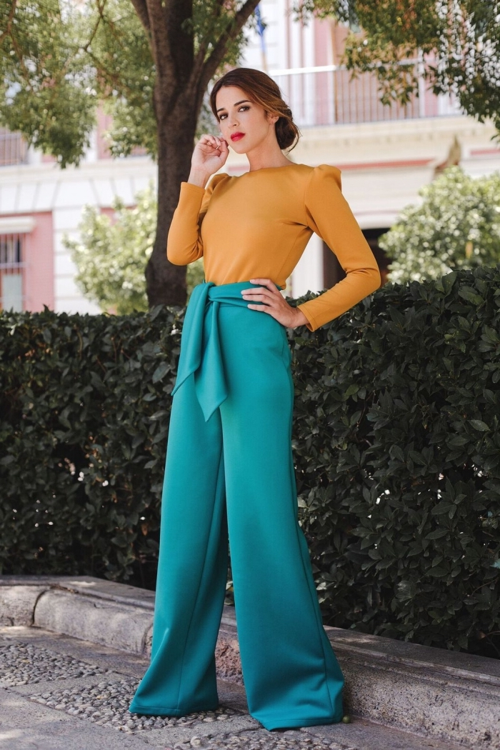 comment associer les couleurs des vêtements, modèle pantalon Palazzo avec ceinture combiné avec blouse jaune