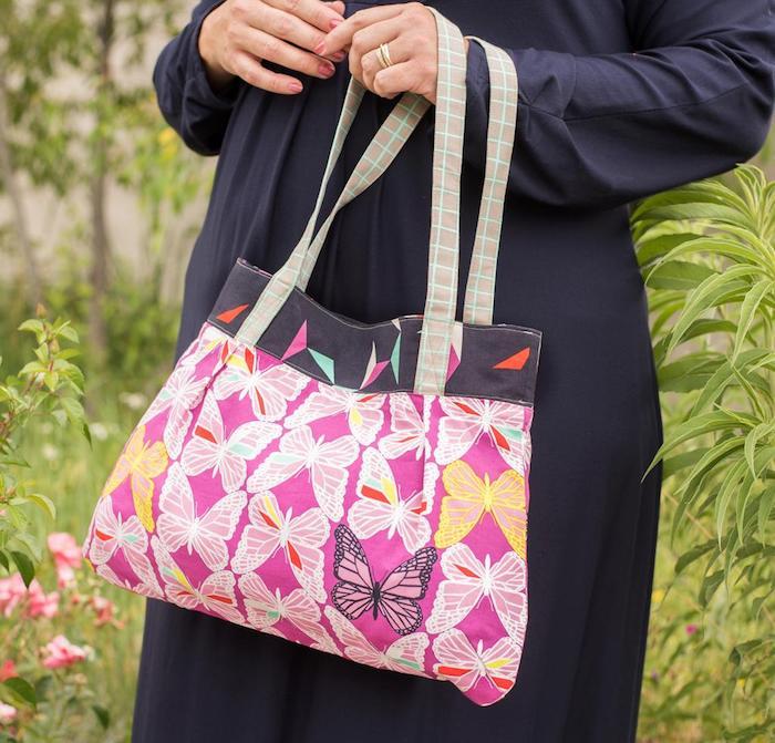 Papillons blanches sur fond rose tissu beau, idée activité manuelle, modèles de sacs en tissu à faire soi-même