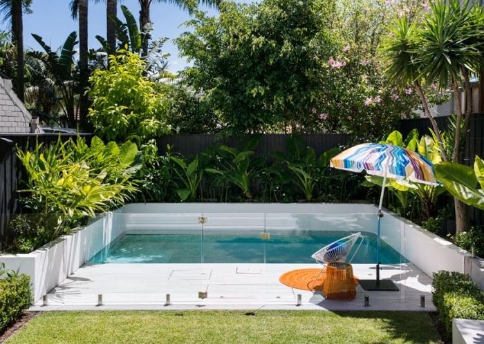 design extérieur moderne avec bassin et terrasse, modèle parasol de piscine multicolore et chaise oeuf en blanc