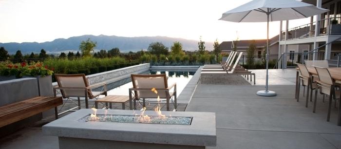 design extérieur moderne et minimaliste avec foyer béton et piscine, idée amenagement exterieur piscine avec meubles bois