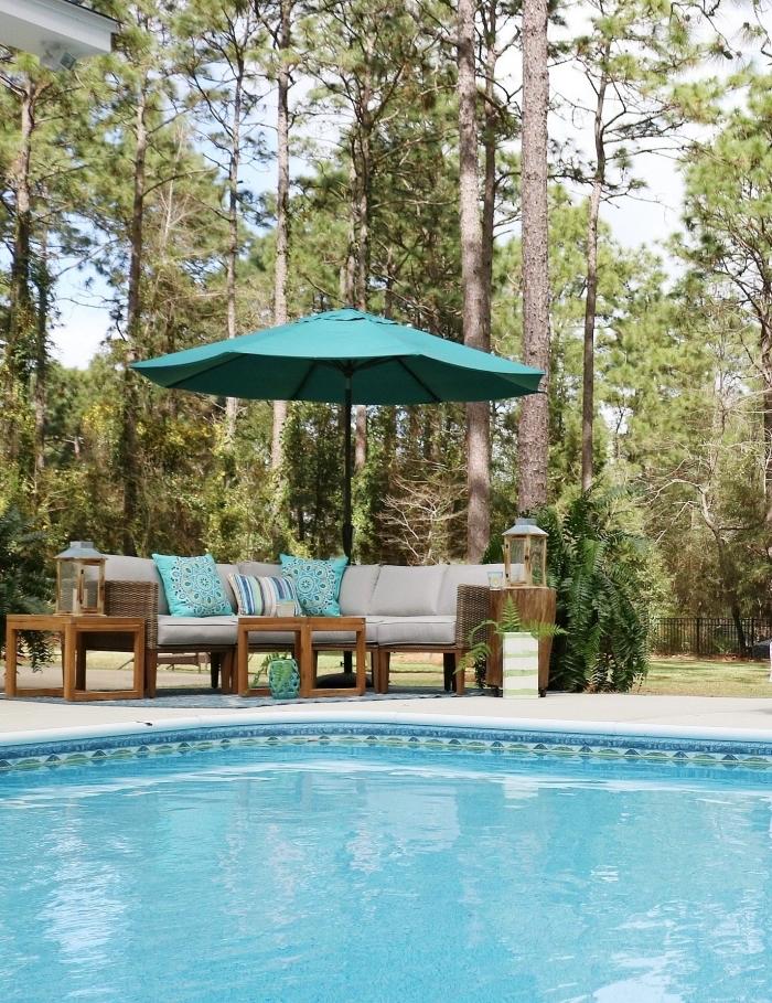 modèles de coussins décoratifs piscine en couleur turquoise, idée comment décorer une banquette piscine, exemple aménagement de piscine