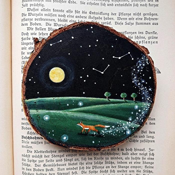 peinture acrylique sur bois, paysage nocturne sur une tranche de rondin de bois, tableau en bois renard, ciel étoilé et lune à l'acrylique