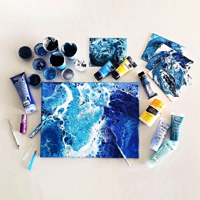 peindre à l'acrylique avec la technique pouring, tableau abstrait moderne en bleu et blanc