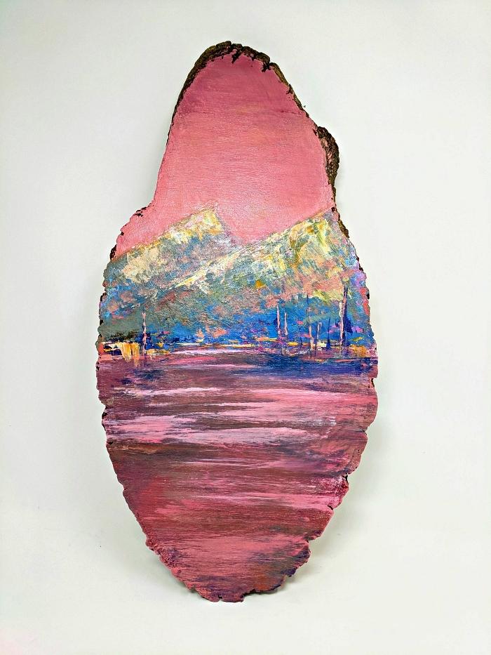 paysage peinture acrylique sur bois en rose et bleu, paysage bateaux au coucher de soleil réalisé sur une tranche de rondin de bois