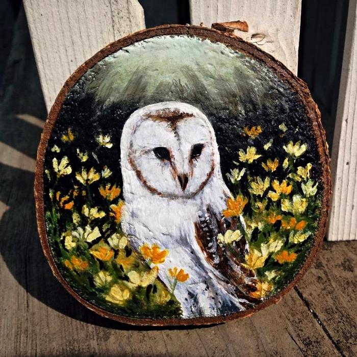 réaliser une peinture acrylique sur bois, peinture hibou à l'aquarelle sur une tranche de rondin de bois
