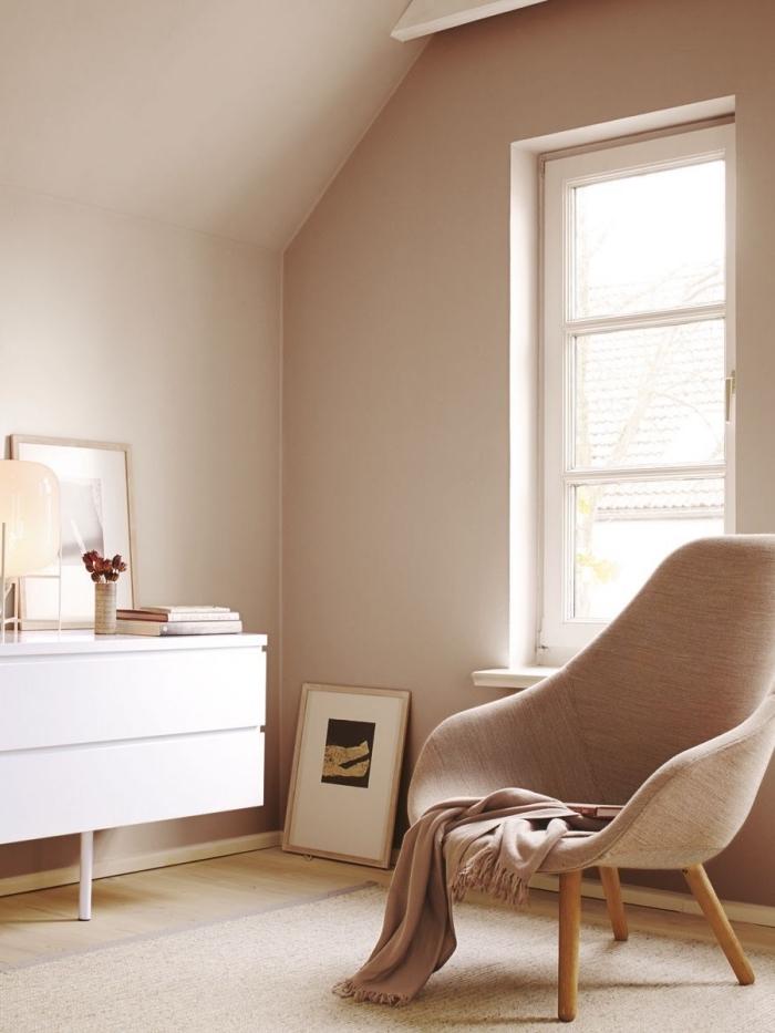 idée aménagement sous pente, déco de salon aux murs beige rose avec meuble blanc et accessoires en bois clair