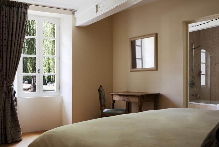 idée comment décorer une petite chambre à coucher, exemple de peinture couleur sable dans une petite pièce