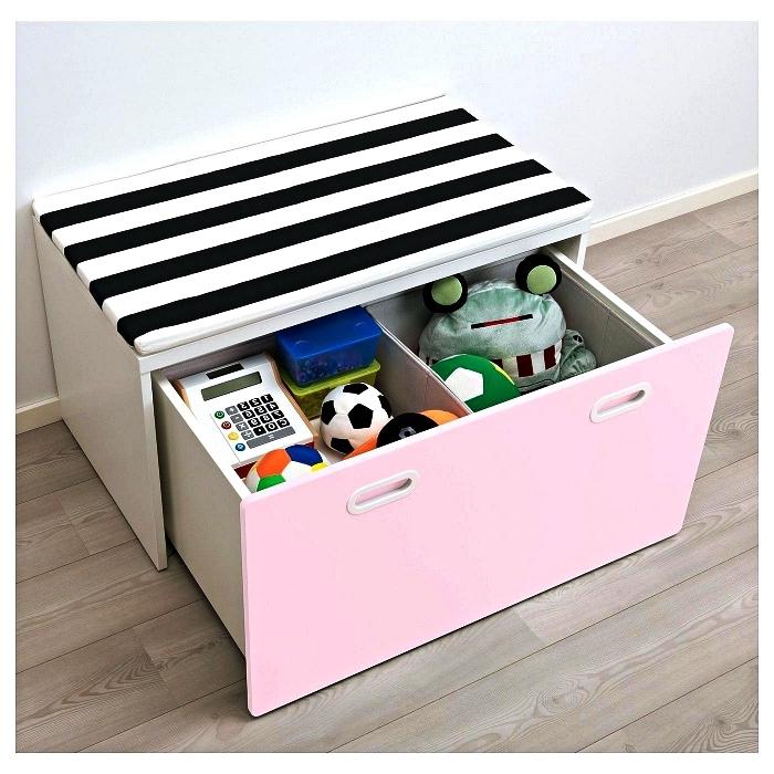 petit banc rangement avec tiroir rose compartimenté et matelas à rayures noires et blanches