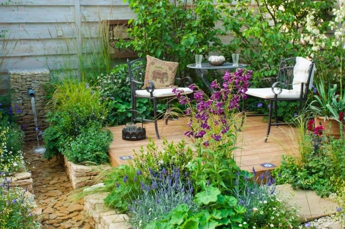 comment décorer une terrasse bois avec meubles en fer, amenagement jardin paysager avec petit bassin et pierres