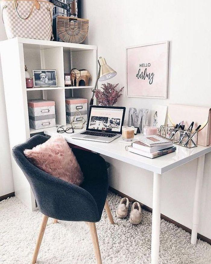 Desk blanc fauteuil gris et coussin rose, decoration bureau scandinave, nordique coin bureau