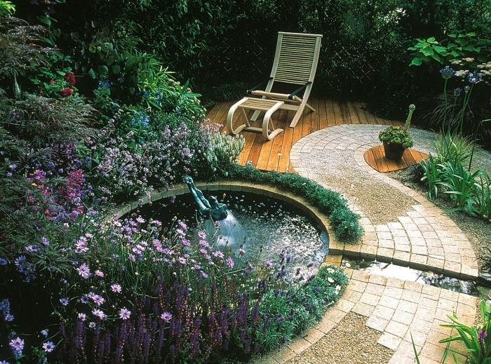 comment aménager son jardin, modèle de petit jardin avec terrasse bois et petit bassin rond, déco cour arrière zen